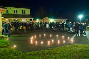 Runt 150 personer höll en stillsam manifestation på Mobackas gårdsplan.