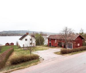 Familjevilla med sjötomt med sjön Liljan i blickfånget. Foto: Kristofer Skog Husfoto.