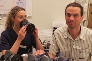 Emma Mårtensson, undersköterska på IVA, visar upp de alternativa maskerna som ska användas av personal som bär glasögon. Thomas Drevhammar, överläkare på intensivvårdsavdelning till höger.