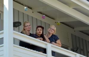 Tuija Wiklund och Eija Juustovaara kunde inte acceptera att Nicoleta bodde med sitt spädbarn i husvagnslägret i hamnen. Därför fick hon flytta in hos Eija.