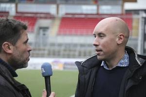 Simon Åström intervjuas av NA:s Henrik Brändh.