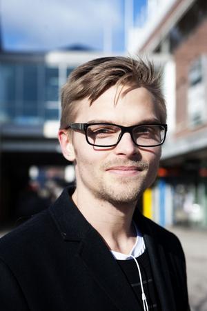 Christoffer Svensson, 25 år, Falun: Jag lägger omkring 15000 kronor om året på kläder. Det viktigaste för mig är att kvalitén är hög så att kläderna håller länge. Jag tänker inte på hur kläderna tillverkas. De plagg jag inte använder längre hänger längst in i garderoben.