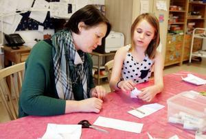 Jenny Palin, 36 år och socialdemokratisk kommunpolitiker från Rödösundet, fick av 8-åriga Lily Larsson från Ås lära sig hur man viker en ask.