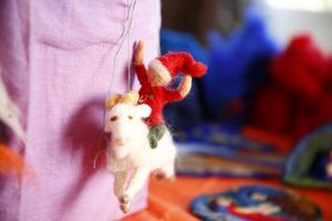 En av många tomtar som Karin Neuschütz skapat. Hon älskar djur och tycker de är bra att tova eftersom de blir så levande så tomten fick en julbock till sällskap.