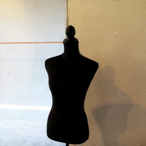 När ÖP tittade in på Brukat väntade några dagar med städ, kläduppackning och prissättning för Eva Lillhannus.