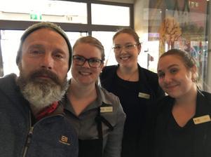 Mads Mikkelsen bodde under vistelsen i Skara tillsammans med de andra i filmteamet bakom Rättfärdighetens ryttare på Jula hotell och konferens. Madelene, Emilia och Klara, som jobbar på hotellet, fick ta en bild med världsstjärnan.