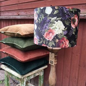 Härliga höstfärger på mjuka kuddar,  165 kronor per kuddfodral. Lampskärm i blommig sammet, 495 kronor. Blomsterstugan i Hedemora.