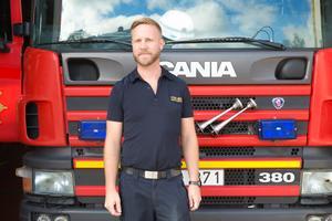 Markus Erlandsson, yttre befäl på Södertälje brandstation, är personen bakom idén att släcka skogsbranden i Särna genom att släppa en bomb på den.