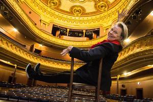 Arja Saijonmaa, fullblodsproffs när kameran åker fram. Egentligen är Gävle teaters salong så vacker så man skulle sätta publiken på scenen och artisten bland allt guld, spånar hon.