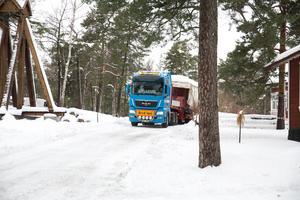 Den 14 ton tunga personvagnen hämtades i Nynäshamn för att fraktas på lastbil till den nya miljön som ska byggas upp på Torekällberget i Södertälje.