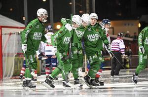 Jonas Söder hjälps av isen efter att ha skadat sig under mötet med Edsbyn på Zinkensdamm. Foto: Fredrik Sandberg
