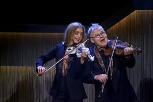 Eftersom Anna Moraeus kunde spela fiol har man nu också inkorporerat det i Falkenbergsrevyn. Foto: Bo Håkansson, Bilduppdraget