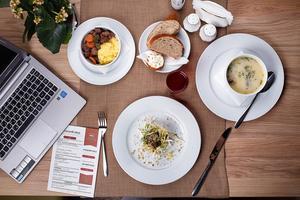 Om gymnasieelever blir tillhandahållen en rimlig peng för att köpa lunch på lokala restauranger skulle alla tjäna på det, skriver Elliot Norberg.