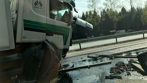 Minst en av lastbilarna har fått fronten kraftigt demolerad vid olyckan. Vägbanan har täckts av olja och andra vätskor, även delar från fordon ligger utspridda.