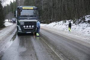 Under fredagsförmiddagen var det glashalt på stora delar av länsväg 245 mellan Sunnansjö och Tyfors. Strax före Norhyttan blev det stopp för två tyngre fordon och förarna Darko Ljevar och Stefan Lindberg fick ägna sig åt att vinka förbi personbilar.