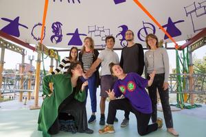 Anna Pang och Teres Selberg från föreningen Dansbana! var på plats tillsammans med fyra elever från bildklassen på Wendela Hebbegymnasiet och formgivaren Sepidar Hosseini.