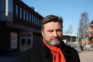 Riksdagsledamoten Peter Helander vill satsa på både nya stambanor (som möjliggör höghastighetståg) och på de regionala banorna i landet - som Dalabanan.