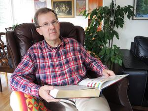 Lennart Sacrédeus har många strängar på in lyra: Han är Mora kommunfullmäktiges ordförande, ledamot av styrelserna för Dalarnas Museum, Dalateatern och Musik i Dalarna, samt historielärare på Mora Gymnasium.