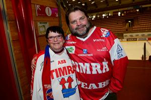 Elisabeth Axelsson hade i vanlig ordning åkt ända från Östavall för att se matchen. Den här gången fick hon med sig påsklediga sonen Magnus Tuononen som i vanliga fall bor i Stockholm.