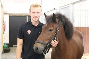 Johannes Sandsten med hästen Meyja, hovslagaren har växt upp med hästar och har bland annat haft egna islandshästar.