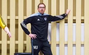 Micke Jansson lämnar efter två säsonger för att lägga krut på herrlaget i Strand.