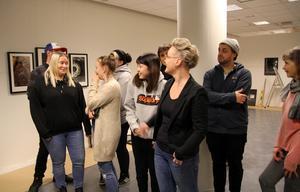 Det pågick ett febrilt arbete bland Forsa folkhögskolas fotoelever på torsdagen för att hinna hänga alla bilder till luciadagens vernissage.