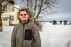 Arkivbild: Jonas Haggren bor på Trappnäs gård i Hallenbygden. Han övervakar dataservrar hemifrån hemmakontoret och han längtar efter snabbare uppkoppling via fiber. Hade han bekostat uppkopplingen själv skulle det ha kostat 800 000 kronor, säger han. Nu får han betala 20 000 kronor.