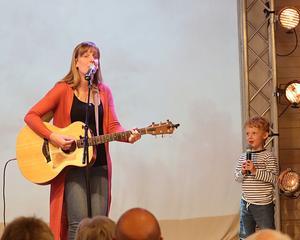 """Noah Lidbrandt 4,5 år hjälpte Emilia Linberg i sången """"Det gamla bönehuset"""". Foto: Peter Stillberg"""