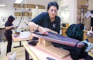 Aina Skoglund klipper noga efter den kritade linjen. Festklänningen ska få rätt längd.