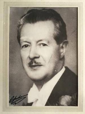 På hedersplats på bordet inne på Skepshandeln/stenugnsbageriet stod ett inramat fotografi av Carl Hedberg.