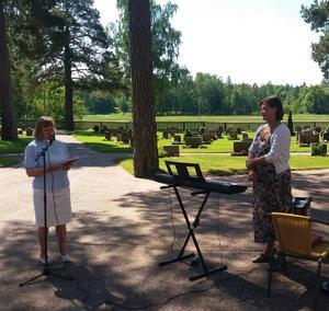 Församlingsherden Helena Akne avtackade Gunilla Winther efter 32 års mycket uppskattad tjänst som kyrkomusiker och kantor i Bomhus församling. Foto: Lars Gustafson