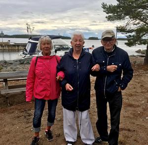 Tre av resenärerna trotsade vädret och tog en promenad på ön.