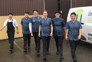 Taggade till tänderna ser personalen fram emot det spännande uppdraget att leverera mat till ett stort produktionsteam.