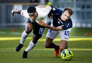 Kevin Wright kämpar om bollen mot Lars Krogh Gerson. Foto: Johan Bernström / BILDBYRÅN