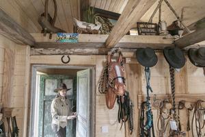 En gammal bakstuga har renoverats om till konferensstuga och gästrum. Monique Vermeer har kurser i hur man använder ett speciellt betsel som ofta används i westernridning.