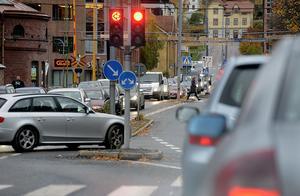 Att sätta upp farthinder på Skolhusallén är att ännu mer motarbeta bilismen i Sundsvall, menar skribenten.