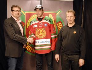 Mora IK:s klubbdirektör Peter Hermodsson, till höger, och tränaren Patric Wener hälsar Bobby Ryan välkommen till klubben.