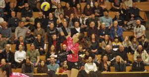 Josephine Tegenfalk trivdes med storpubliken i Idrottshuset, men Engelholm blev ändå för svårt igen. Skånskornas seger med 3–1 var den 21:a raka. Och det trots att lagen är de två bästa i Sverige just nu.