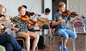 Övning pågår för fullt i skolhuset på Ålsta folkhögskola. Tyra Bryngelsson och Simon Andersson tränar här på en ny låt.