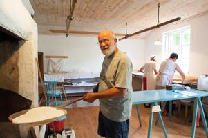Ton Viesel  är Holländare och förälskade sig i Sverige under en semester.  Nu är han ansvarig för att grädda tunnbrödet eller