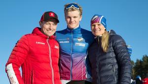Edvin Anger tillsammans med pappa Fredrik och mamma Ellinor efter fredagens distanslopp på Kopparskidan i Falun.
