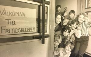 Välkomna till fritidsklubben hälsar barnen på Ormkärrsskolan 1985. Foto: Lars Höglund/VLT:s arkiv