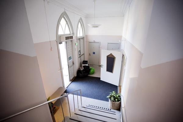 Väggarna i entrén är nymålade i en mjukt rosa ton.