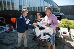 Mikael Olausson från Svenska Livräddningssällskapet delade ut priset till Faluns kommunalråd Susanne Norberg (S) och Jonas Lennertsson (S), ordförande i kultur- och fritidsnämnden.
