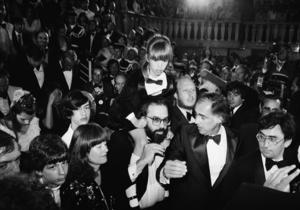 Francis Ford Coppola bär sin senare framgångsrika dotter Sofia Coppola på sina axlar efter premiärvisningen av