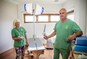 Liselotte Nordh–Collins och Mark Collins i klinikens operationsrum. Det finns även två undersökningsrum.