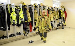 Snabba ryck. Fullt fokus gäller när Anna Edman hoppar i brandkläderna och därmed brandmannarollen. Fem minuters inställelsetid gäller. Sedan rullar bilarna ut.