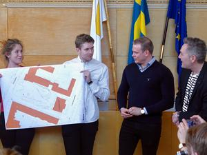 Maria Karlsson, Bas van der Meer och Joakim Dalstrand presenterar sin skiss för Johnny Grauengaard, BSV arkitekter.