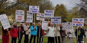 En grupp om cirka 25 personer, flera av dem över 90 år, demonstrerade den 1 maj. Protesterna rörde bland annat seniorboendet Balders avsaknad av en lunchservering. Foto: Privat