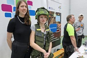 Från Pihlskolans fördjupning räddning och säkerhet, inom samhällsvetenskapsprogrammet, finns eleverna Wilma Haikola och Elsa Hart på plats på mässan.